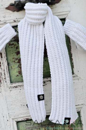 Детски шал в бяло & черна кожа